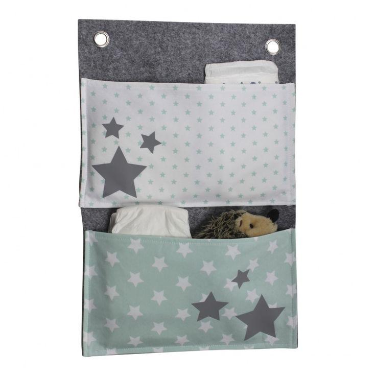 Boxzak / Wandzak sterren in grijs & mint groen Deze originele opbergzak is te gebruiken als boxzak of als wandzak, en bestaat uit een dubbele laag dik vilt. Dmv de zeilringen kan je de opbergzak eenvoudig met linten, deze worden meegeleverd, aan de box ophangen. Ook is het mogelijk om de opbergzak met twee schroefjes aan de wand op te hangen. Een fijne opbergplek voor luiertjes, knuffeltje, pyjama en speentje zodat deze altijd binnen handbereik zijn. De afmeting is 30 x 45 cm.