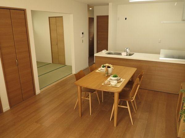 クリエラスク色の床にオーク材の家具を中心にナチュラルコーディネートした事例をご紹介 床 フローリング オーク 床の色