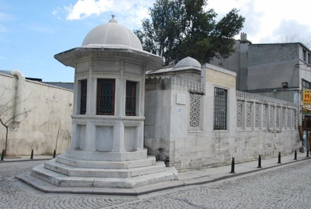 Mimar Sinan's tomb  Istanbul Mimar Sinan, who died in 1588, was buried in a simple tomb of his own beside the Süleymaniye Mosque. Mimar Sinan Tomb, Istanbul Mufti exit gate of the column on the left, at the intersection of two streets in Fatwa hill right at the beginning, the Suleymaniye Mosque in front of the Golden Horn walls, a simple white stone tomb