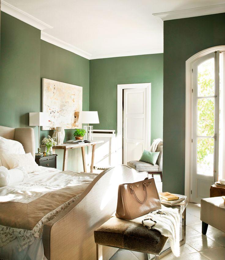 Dormitorio con paredes verdes, cama, banqueta 364469