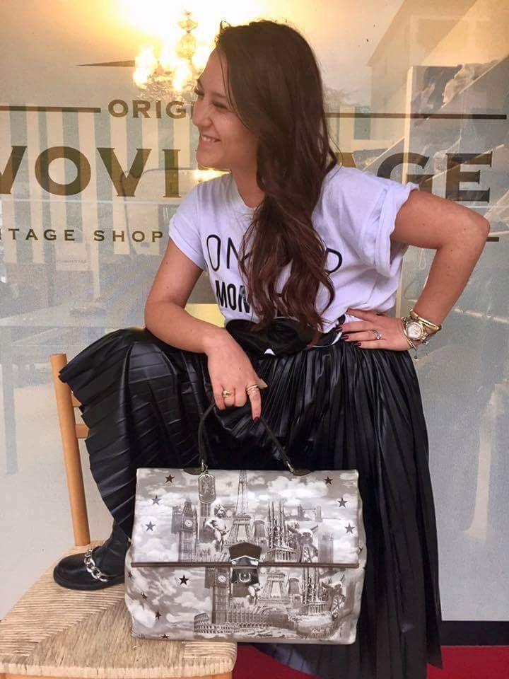 Ci prova pure a mettersi in posa ma alla fine non ce la fa 😂😂😂 il genio creativo stavolta è Cinzia che ama questa #jeanpaulgaultier 😓Inutile dirvi cosa ne pensi io ... Cartella € 150,00
