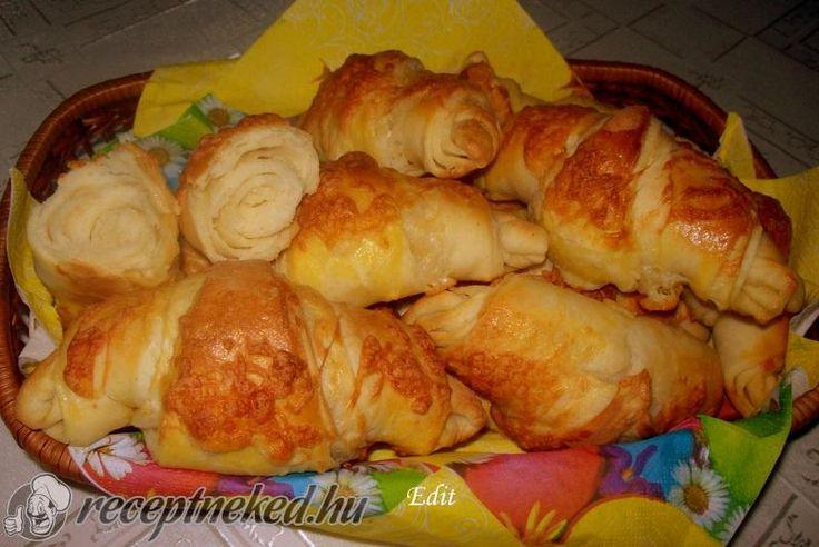 A legjobb Vajas-sajtos kifli recept fotóval egyenesen a Receptneked.hu gyűjteményéből. Küldte: Vass Laszlone