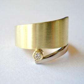 Ring in geelgoud en roodgoud met diamant. De ring is ook te maken in bijvoorbeeld geelgoud met witgoud, zoals te zien is op de extra foto.
