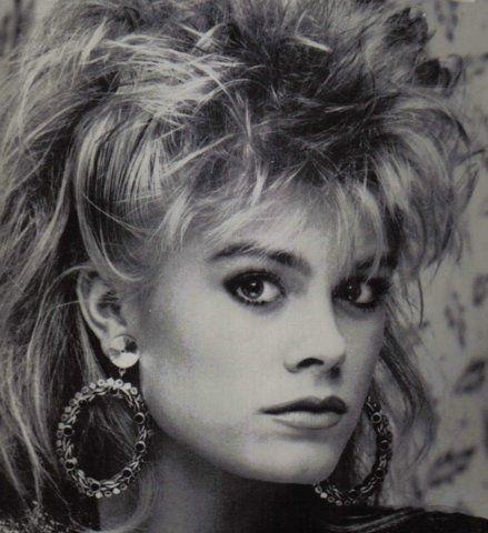 Stora hår med matchande örhängen. (Pernilla Wahlgren.)