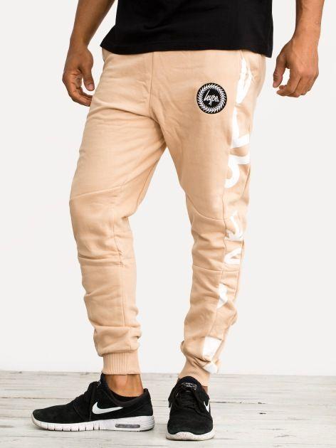 Zobacz Hand Style Floral Joggers Sand White marki Hype w kategorii Spodnie w UrbanCity.pl! Spodnie dresowe marki Hype. MATERIAŁ: 80% bawełna, 20% poliesterNADRUK: sitodrukZDOBIENIA: haft DODATKOWE INFORMACJE: dwie boczne kieszenie nadruki umieszczone po bokach haft w formie logotyp na przodzie nogawki zakończone dopasowanym ściągaczem wygodna guma w psie regulowana sznurkiem Model Stanferd [85kg, 185cm] ma na zdjęciu rozmiar L