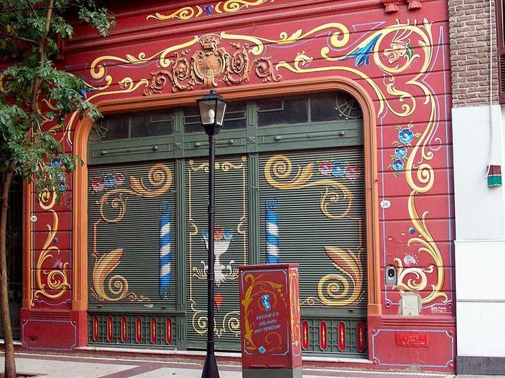 """FILETEADO PORTEÑO: Buenos Aires, calle Jean Jaures 709 (""""Paseo del Filete"""") frente pintado por Tulio Ovando."""