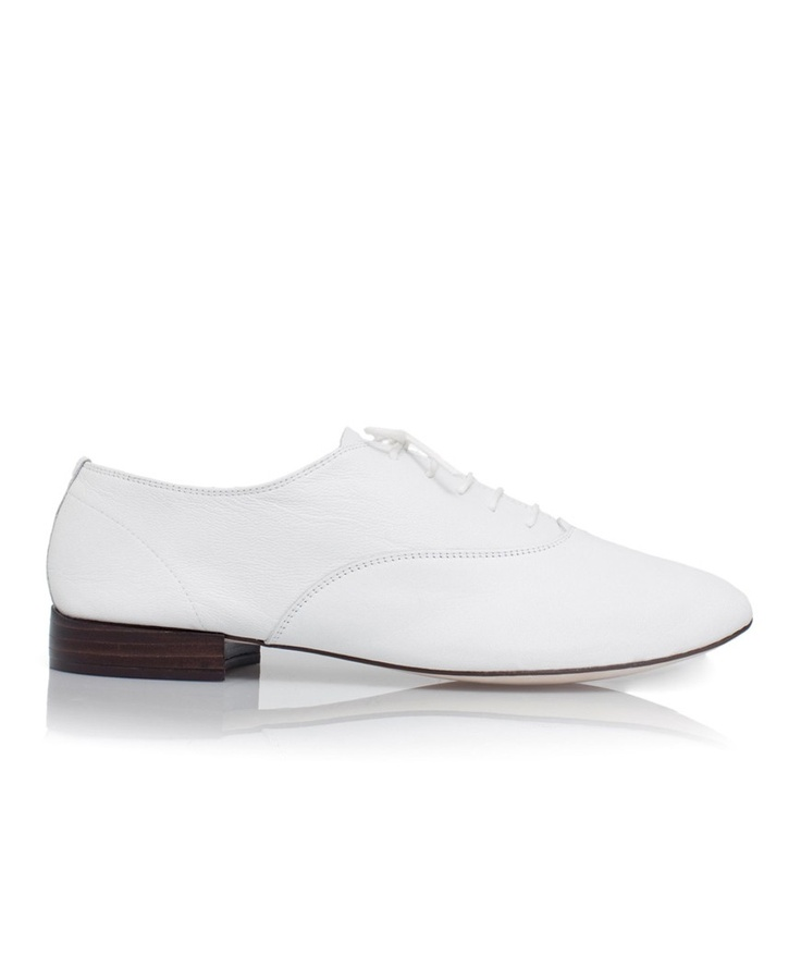 Repetto Homme.  http://www.repetto.fr/boutique/richelieu-zizi-homme-chevre-blanc.html