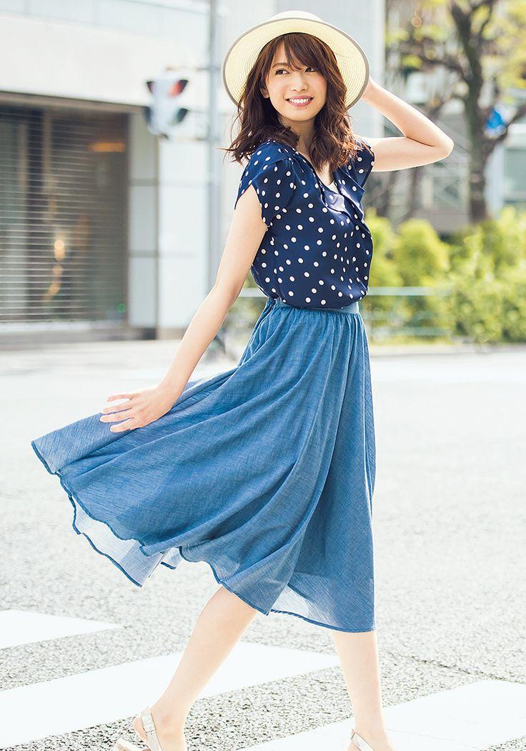 気温が上がってくると着たくなる、カラーの洋服。色はなかなか取り入れにくいというひとも、黒に近いネイビー&ブルーなら取り入れやすいはず。ブラックよりも強くなりすぎず、軽さが出てこなれ感もアップ。また、暑い日も涼しげな印象をキープできるところも◎。宮田聡子が着こなした、上品で好感度大のネイビー&ブルースタイルを紹介します。