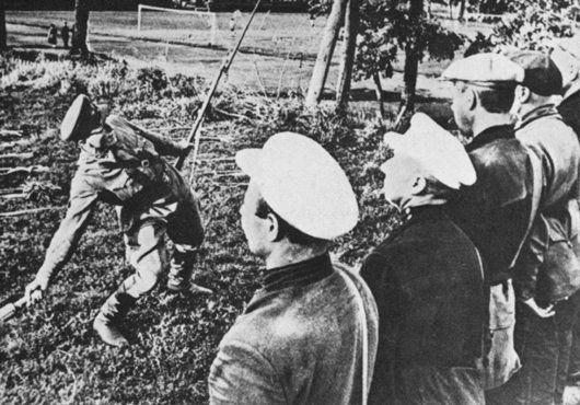 Instrutor do exército soviético ensina partisans a usarem granadas. Foto tirada na União Soviética, durante a Guerra.