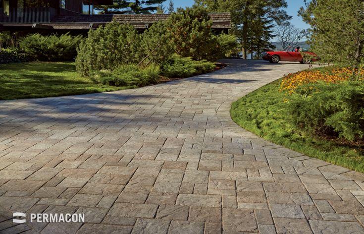 Paver driveway, reproducing the richness of cut and chiselled stone //// Entrée de garage en pavé reproduisant la richesse de la pierre taillée et ciselée