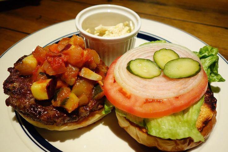 ハンバーガーにラタトゥイユトッピング某店譲りのオープンスタイルとコールスロー肉々しいパティはシンプルで控えめな味付けラタトゥイユはクラムチャウダー同様にサツマイモ入り #food #foodporn #meallog #burger #burger_jp #ハンバーガー # #tw