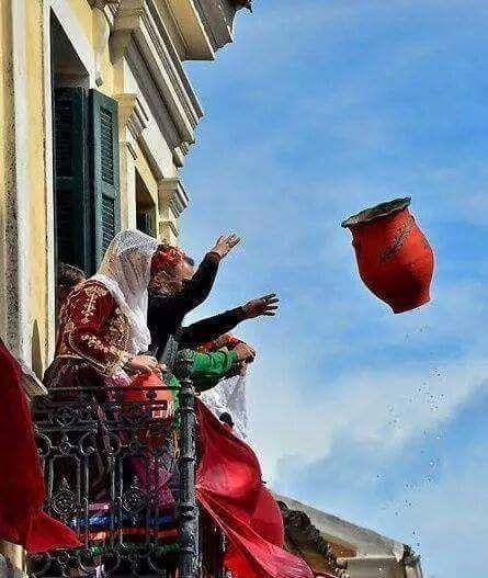 ΚΕΡΚΥΡΑ   Στα κόκκινα ντύθηκε η πριγκίπισσα του Ιονίου που γιορτάζει την πρώτη Ανάσταση του Κυρίου. Μέσα σε ένα θορυβώδες κλίμα χιλιάδες «μπότηδες», όπως θέλει το μοναδικό αυτό έθιμο της Κέρκυρας, πετάχτηκαν από τα μικρά μπαλκόνια των Κερκυραίων στην πλατεία Σπιανάδα, που δε θυμίζει τίποτα πλέον από την χθεσινή θλιμμένη κατανυκτική της ατμόσφαιρα.  Με το σήμα της πρώτης Ανάστασης, οι κάτοικοι της Κέρκυρας, έβγαλαν στα μπαλκόνια τους τα κόκκινα εμβλήματα, απομεινάρια της ενετοκρατίας και…