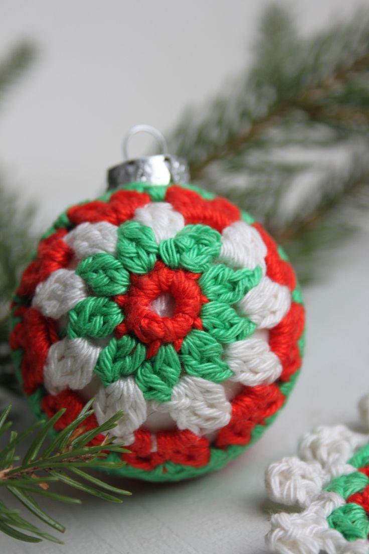 Kerstbal in traditionele kerstkleuren rood, groen en wit. Om haken van een kerstbal uit Inhaken op de Feestdagen