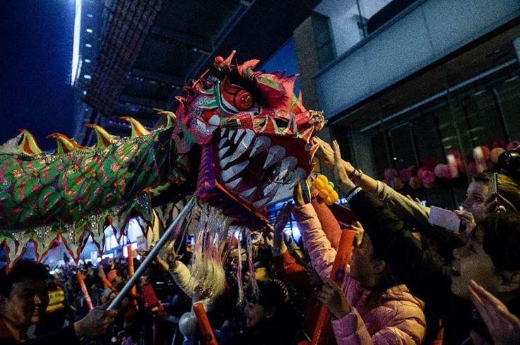 Furchteinflößend! Mit einem Drachentanz und einer großen Parade wird in Hong Kong das Chinesische Neujahr gefeiert.