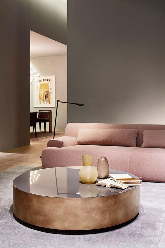 Salon Design Avec Table Basse Ronde En Cuivre Et Canape Rose