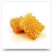Co to jest propolis? Propolis jest aktywną, żywiczną substancją pochodzenia naturalnego, wykorzystywaną przez pszczoły do ochrony biologicznej w budowie struktur wewnętrznych i uszczelniania ul. Populacje pszczół ze swej natury żyją i funkcjonują na niezwykle małej powierzchni, co oznacza możliwość szybkiego roznoszenia się chorób, a przez to potencjalne zagrożenie w wymieraniu całych rojów, które żyjąc w[...]