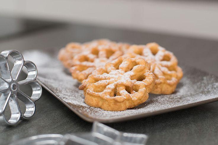 Ein Gebäck aus Omas Zeiten – die frittierte Waffeln in Rosettenform. Zubereitungszeit: 30 Min. Zuaten für ca. 60 Waffeln: 250 g Mehl 60 g Zucker 1 Pr. Salz Vanilleextrakt 4 Eier 250 ml Milch 1 L Frittierfett (Kokosfett) Süßer Schnee Zubereitung: Mehl, Zucker, Salz mit einem Schneebesen verrühren. Eier zufügen und glatt rühren. Milch einrühren …