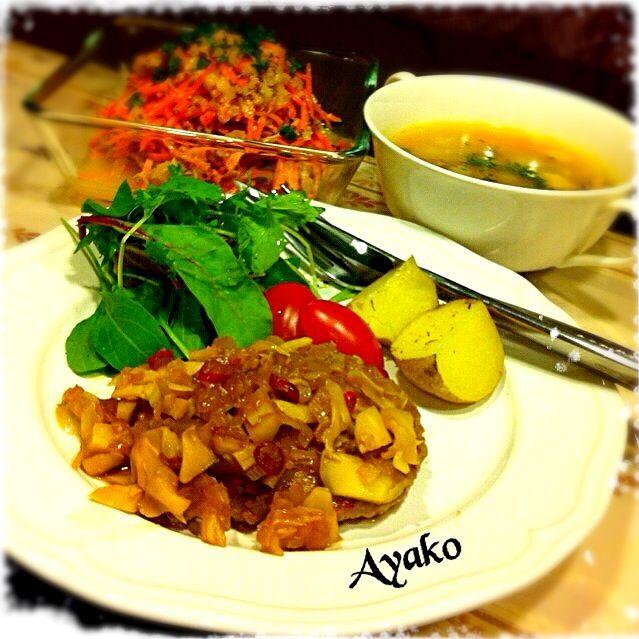 日本でミネストローネは、トマトベースのものが多いけど、本場イタリアでは使う野菜も、季節や地方で様々。決まったレシピはなく、トマトを入れないのもミネストローネなんですよね♡ - 159件のもぐもぐ - 無敵ハンバーグ 和風ソース、白い野菜のミネストローネ、人参とツナのサラダ、 by ayako1015