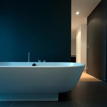 Ambiance zen dans la salle de bain avec la baignoire îlot posée