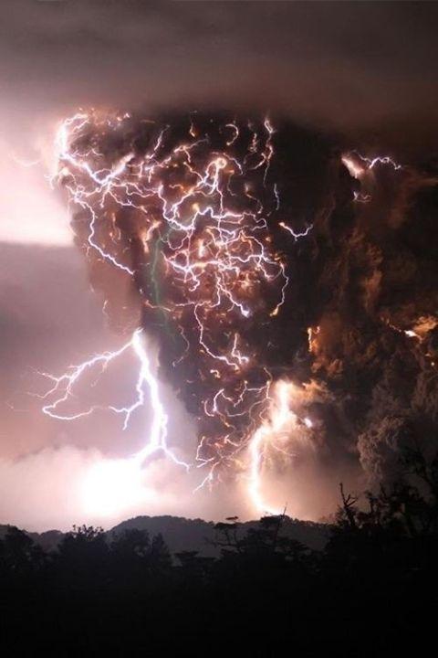 Beautiful pic of volcanic lightning. Mother natures power.  ~Yukiyo