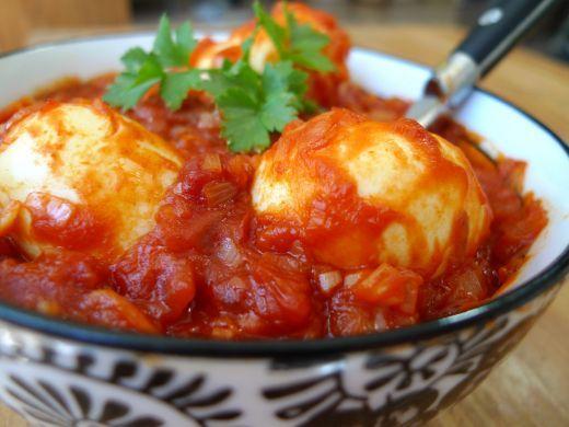 Eieren in pittige tomatensaus