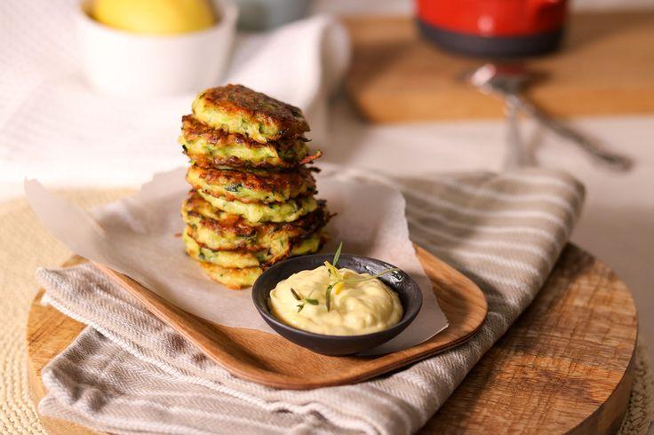 Enkel oppskrift på smakfulle squashkaker - perfekte til kjøttfri middag eller koldtbordet.