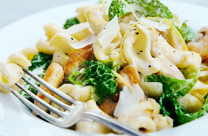 Recept på krämig citron- och kycklingpasta med savojkål. Efter en lång dag i backen finns det inte så mycket energi kvar för att stå vid spisen. Den här pastan är både snabb och enkel att tillaga – för att inte tala om god!