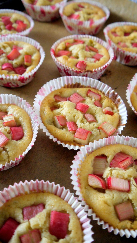 Die Rhabarber-Saison ist voll im Gange! Und diesmal gibt es das besondere Gemüse bei uns auch in kleinen Muffinförmchen! Das Rezept der Rhabarber-Muffins ist super leicht und mit seiner süßlich-sauren Note der perfekte Dessert oder Snack für den Frühling.