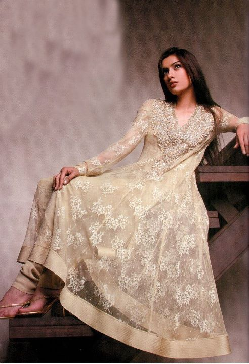 I love the effect of this ivory lace anarkali suit.  It looks quite elegant and delicate.