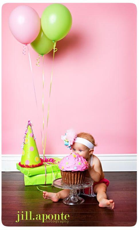 Cute 1st birthday photo~~love the present props