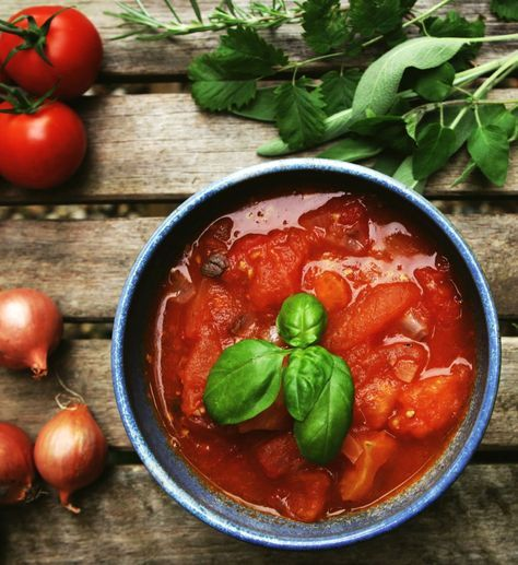 Zelfgemaakte tomatensaus met verse kruiden is een prima basis voor in de pasta. De tuinkruiden zijn ook gezonder dan bouillonblokjes.