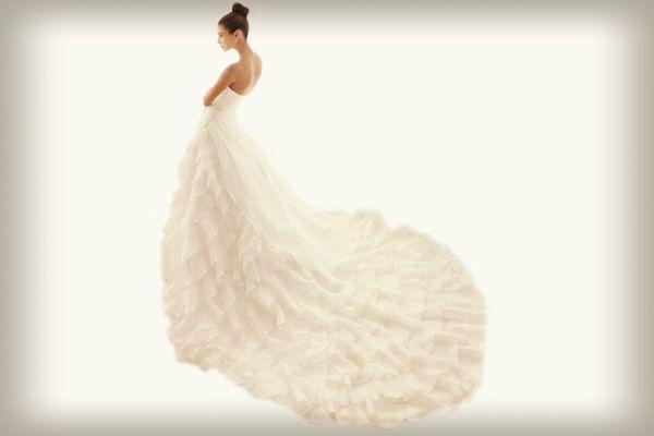 La cola del vestido de novia tipo catedral sale de abajo de la cintura del vestido presentando una longitud de dos metros #ElBlogdeMaríaJosé #vestidonovia #cola #cauda