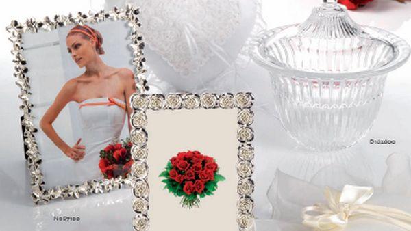 Cornici con rose e farfalle e contenitore in vetro