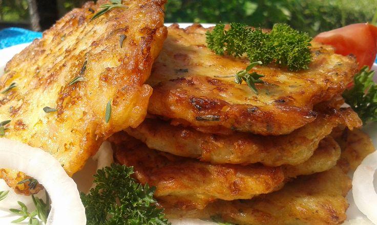 Cibuli si nakrájíme na hodně jemné kousky. Smícháme mouku, vejce, cibuli koření, šunku a sýr a mléko. Lžíci dáváme na rozpálený olej placičky a...