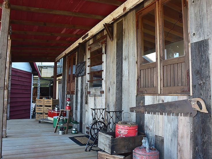 SALVAGE【サルベージ】 トレーラーハウス施工例1-2 雑貨を並べて、まるでアメリカのアンティーク屋さんみたいでしょ