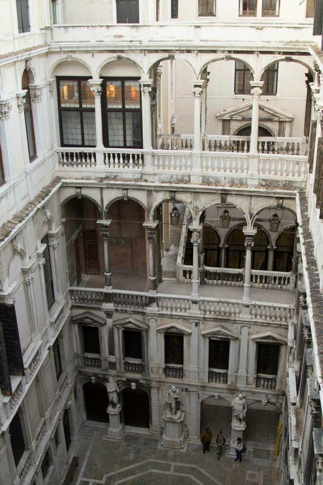 """Palazzo Pisani di Santo Stefano, sede del Conservatorio, uno dei più grandi e affascinanti della città. Attribuito a Jacopo Sansovino, in realtà fu costruito nel 1614-15 quando il Sansovino era morto da oltre 40 anni. Il progetto pare sia stato di Alvise Pisani, coadiuvato dall'architetto Bortolo da Venezia, detto """"il Manopola"""", che in quegli anni era proto a San Marco. Manopola"""", che in quegli anni era proto a San Marco. Nel secolo successivo l'edifico venne ingrandito, si aggiunse un…"""