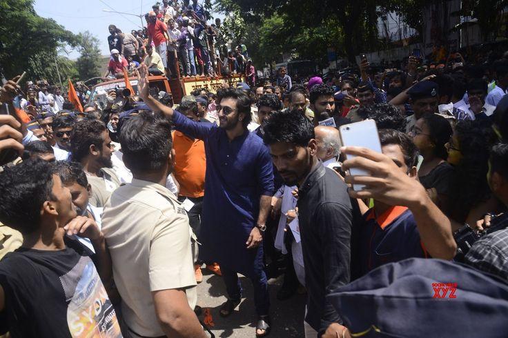 """Mumbai: Ranbir kapoor, Rishi kapoor, Randhir Kapoor during the """"Ganpati Visarjan"""" - Social News XYZ"""