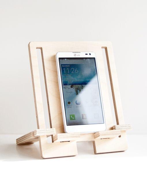 Soporte para topo tipo de dispositivo móvil, desmontable. Un producto que respeta el medio ambiente. Hecho a mano con tablero de madera de Abedul.