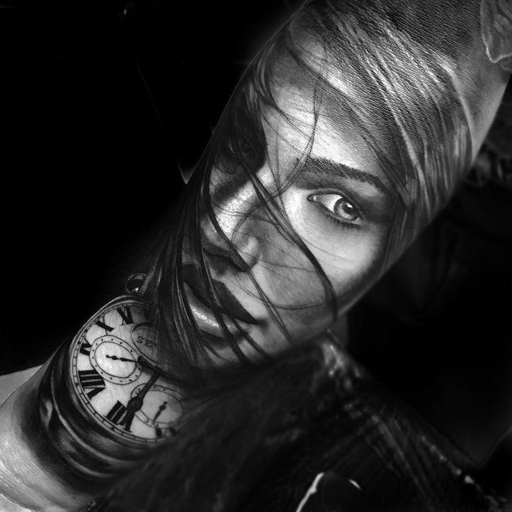 Mulher em realismo feito por Chico Morbene.  #tattoo #tatuagem #art #arte #realismo #pretoebranco #mulher #relogio