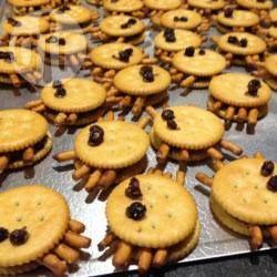 Halloween Cracker, Halloween Rezepte Kinder, Halloween Snacks, Fingerfood, gruselig, Halloween Party Rezepte, Cracker Spinnen, Rezept gibts auf Allrecipes Deutschland http://de.allrecipes.com/rezept/4718/cracker-spinnen.aspx