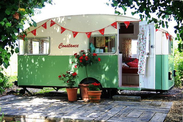 I totally love trailers.. i even have plenty of room to put one in the yard! But would have to make a very shady home!: Vintage Trailers, Idea, Vintage Caravan, Favorite Places, Dream, Camping, Vintage Campers