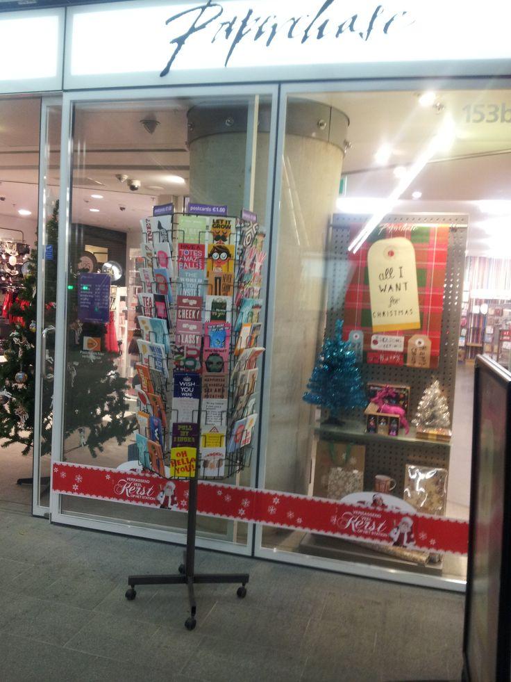 Nesrin - Sterk; Paperchase haar verkoop van kaarten, voor Kerst, verjaardag en geboorte.  Zwak; Één rek, helaas niet veel aandacht voor. En ook buiten geplaatst in de kou niet handig.
