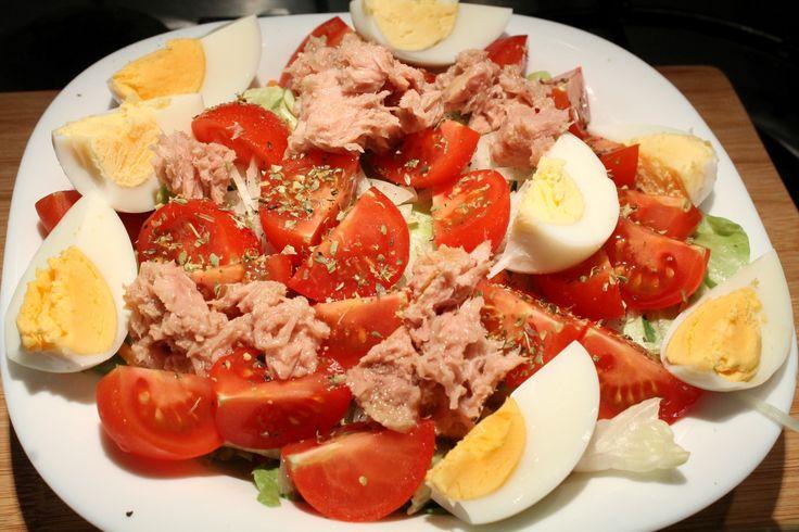 Teljes értékű tonhalsaláta pontos tápanyag (kalória, zsír, cukor, stb.) adatokkal. Recept fényképpel, pontos mennyiségekkel. Élj és táplálkozz te is egészségesen!