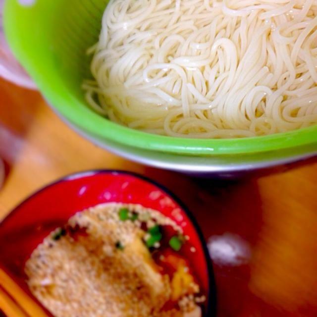 昼にそうめんを作って、食べてみたd(^_^o) 卵焼きとネギとゴマとそうめんのつゆと生姜(チューブ式)やわさび(チューブ式)を準備をしました。 美味しい (((o(*゚▽゚*)o))) - 5件のもぐもぐ - そうめん by minato20