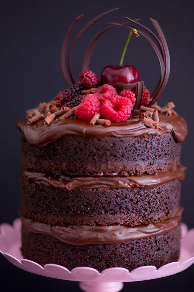 Mini naked cake de chocolate com creme de Nutella. Para companhar o almoço a base de cordeiro para comemoração do aniversário, das bodas, batizado, entre outros. De-li-ci-nha!