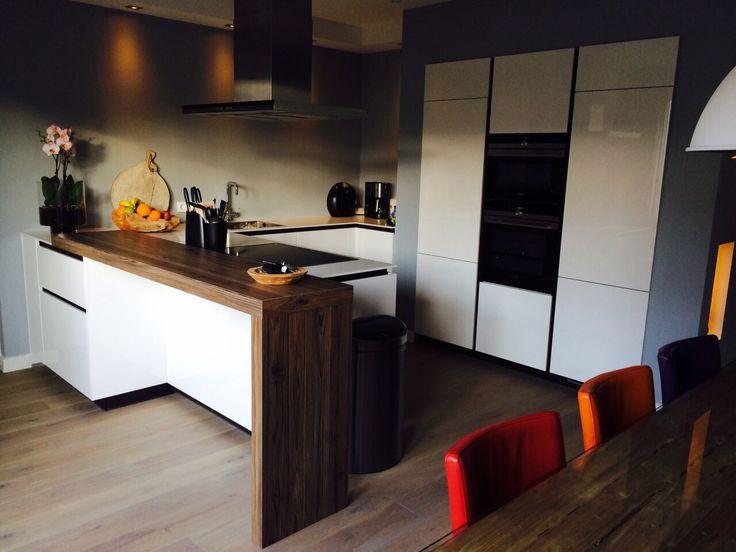 Design Hoogglans witte #Dankuchen keuken, uitgevoerd met wit composieten werkbladen en #Siemens keukenapparatuur. #eiland Project in Rijssen