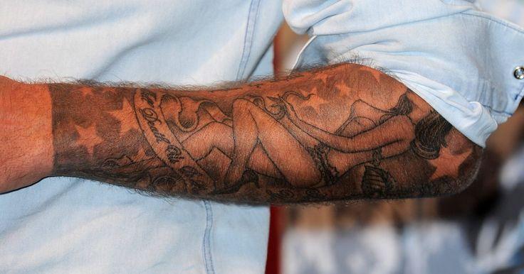 Los mejores tatuajes de jugadores de fútbol. Los tatuajes han inundado el mundo del fútbol. Cada vez se ven más y más, tanto a nivel local como internacional. La lista de los jugadores que poseen tatuajes es interminable. Imágenes religiosas, tribales, nombres familiares... Como un plus por tratarse de jugadores de fútbol, los tatuajes de estas ...