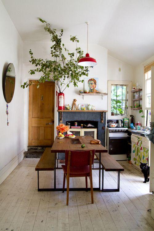 海外のアパルトマンなどに見られるこうしたキッチンとダイニングの融合スペース。ここに、アクセントとして大きめで背の高い観葉植物を玄関付近に飾ります。玄関には、風水としても玄関に良い気をもたらし、それを逃がさないとされる植物の存在は大きいものです。