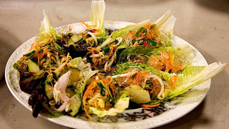 Knyten gjorda av salladsblad med en fyllning av kyckling, nudlar och het Nouk Cham sås.