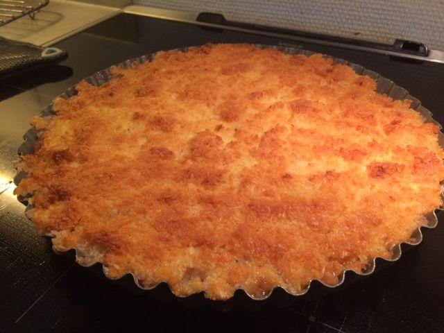 Denne tærte har fulgt mig igennem mange år og jeg bliver aldrig træt af den. Første gang jeg stiftede bekendtskab med den var under min læretid på Låsby kro, hvor køkkenchefen altid bagte den når der skulle være kaffebord om Søndagen. Den smager fantastisk og rabarberne kan udskiftes med hindbær. 500 g. Rabarber i skiver eller hindbær 50…